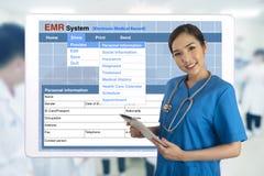 有显示电子病历syst的片剂的女性医生 免版税库存图片