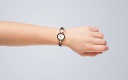 有显示精确时间的手表的手 库存照片