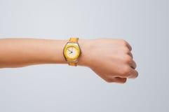 有显示精确时间的手表的手 免版税库存照片