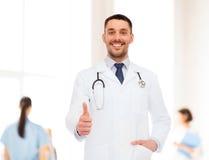 有显示赞许的听诊器的微笑的医生 免版税库存照片