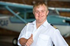 有显示赞许的唐氏综合症的新飞行员。 免版税库存图片
