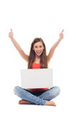 有显示赞许的膝上型计算机的妇女 免版税库存图片