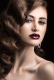 有晚上构成、伯根地嘴唇和卷毛的美丽的妇女 秀丽表面 免版税库存照片