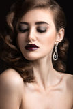 有晚上构成、伯根地嘴唇和卷毛的美丽的妇女 秀丽表面 库存照片