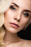 有晚上构成、嫩嘴唇和卷毛的美丽的白肤金发的妇女 秀丽表面 库存照片