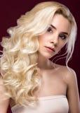 有晚上构成、嫩嘴唇和卷毛的美丽的白肤金发的妇女 秀丽表面 免版税库存图片