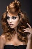 有晚上构成和发型的美丽的妇女作为头发盖帽  秀丽表面 库存图片