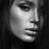 有晚上构成和长的直发的美丽的妇女 注视发烟性 床单方式放置照片诱人的白人妇女年轻人 白色的黑色接近的照片 库存照片