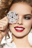 有晚上构成微笑的美丽的女孩采取cristal雪花 免版税库存照片
