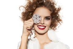 有晚上构成微笑的美丽的女孩采取cristal雪花 免版税图库摄影