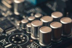 有晶体管的电路板和作为抽象技术背景的计算机加工者 库存照片