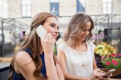 有智能手机和咖啡的少妇在咖啡馆 免版税图库摄影