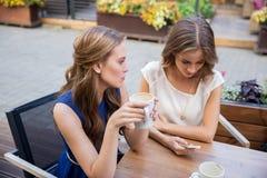有智能手机和咖啡的少妇在咖啡馆 库存照片