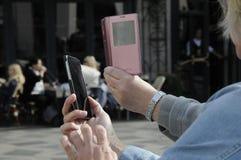 有智能手机和IPHONES的旅客 免版税图库摄影