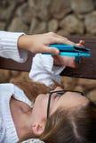 有智能手机特写镜头的女孩 库存照片