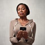 有智能手机的不满的妇女 免版税库存照片