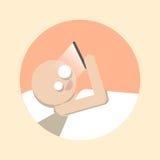 有智能手机的人在床上 免版税库存图片