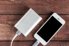 有智能手机的便携式外在电池Powerbank在向求爱 免版税图库摄影
