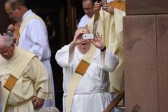 有智能手机的修士 免版税图库摄影