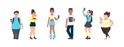 有智能手机的千福年的少年 使用小配件的小组多文化朋友 使用社会媒介的青少年 库存例证
