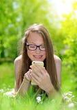 有智能手机的可爱的白种人女孩 免版税库存照片