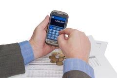 有智能手机的在计算器方式下,数据桌,硬币男性手 免版税库存图片