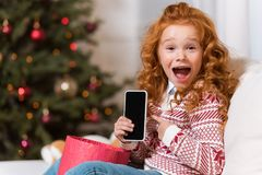 有智能手机的小孩 免版税库存照片