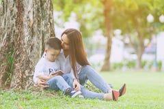 有智能手机的小男孩 免版税库存图片