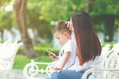 有智能手机的小男孩 库存图片
