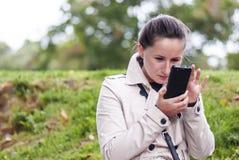 有智能手机的少妇 库存图片