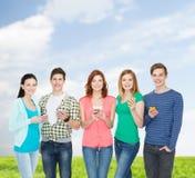 有智能手机的微笑的学生 免版税库存图片