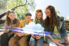 有智能手机的愉快的少年朋友户外 免版税图库摄影