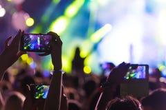 有智能手机的手记录实况音乐节日 免版税库存照片