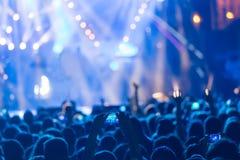 有智能手机的手记录实况音乐节日 免版税图库摄影