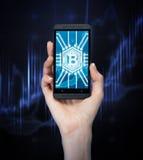 有智能手机的, bitcoin妇女s手 库存图片