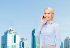 有智能手机的年轻微笑的女实业家 免版税库存照片
