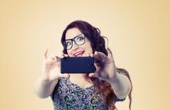 有智能手机的滑稽的愉快的夫人 免版税库存图片