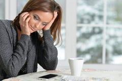 有智能手机的Beautifur女孩 免版税库存图片