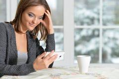 有智能手机的Beautifur女孩 库存照片