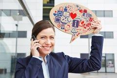 有智能手机藏品的妇女 免版税库存图片
