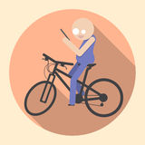 有智能手机骑马自行车的人 免版税库存照片