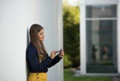 有智能手机ouitdfoors的女商人 免版税图库摄影