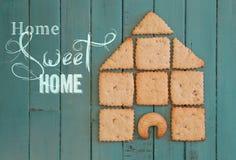 有曲奇饼议院的家庭甜家木板的 免版税库存照片
