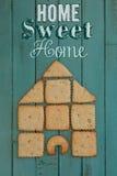 有曲奇饼议院的家庭甜家木板的 库存图片