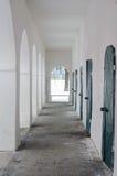 有曲拱、铁和木头门的走廊 图库摄影