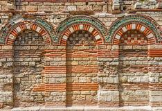 有曲拱的古老墙壁 免版税库存照片