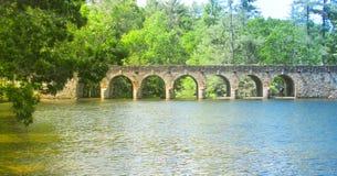 有曲拱的桥梁 免版税库存图片