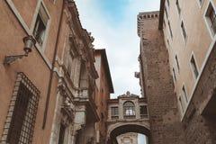 有曲拱的狭窄的街道在历史处所 免版税库存照片