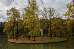 有曲拱的美人鱼海岛在池塘在公园Tsaritsyno 免版税库存图片