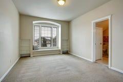 有曲拱窗口和长凳的空的室 库存照片